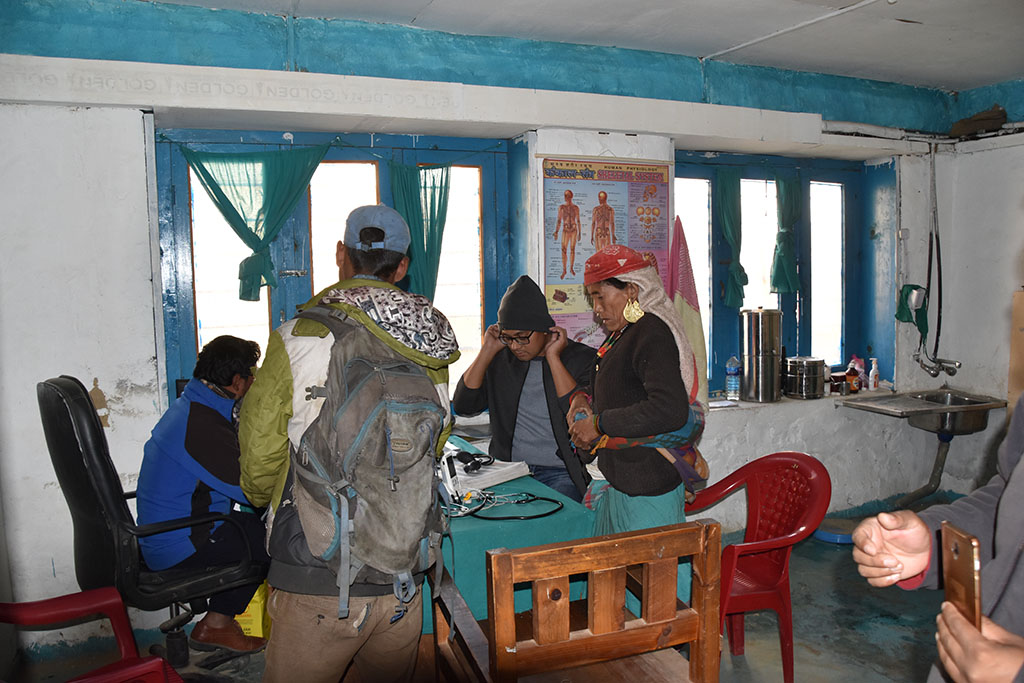 Treatment room with patients and doctor. Nepal Trust Austria covered staff costs of this hospital for more than 12 years. This was only possible due to donations.